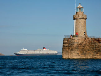 Queen Elizabeth vor Guernsey. Foto: Cunard