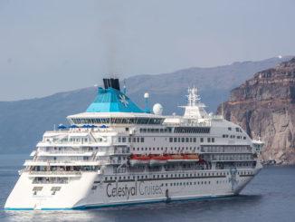 Celestyal Crystal vor Santorini